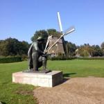 Moulin et statue de Rembrandt